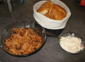 Hele sættet bestående af burgerboller, coleslaw og pulled pork