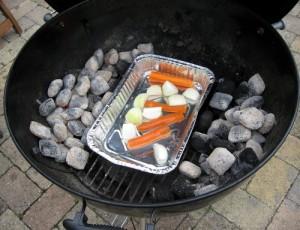 Bakken er placeret i grillen og de varme kul er klar